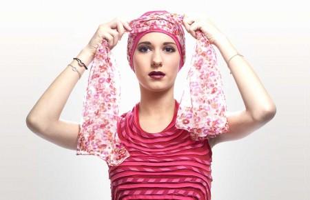3) Croiser le foulard devant votre tête