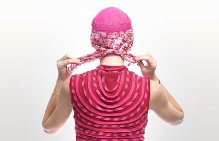 4) Faire un noeud derrière de votre bonnet