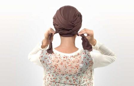 4) Nouer les pans à l'arrière de votre tête